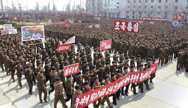 Marcha em apoio ao governo norte-coreano nesta quarta-feira (3) na cidade de Nampo, em foto divulgada pela KCNA (Foto: AFP)