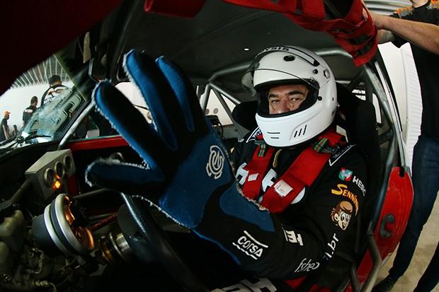 Paulo Gomes se preparando para acelerar seu Opala #22 para corrida 2 da Old Stock Race (Foto: Vanderley Soares/TimeSport)