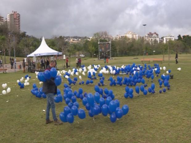 Grupo espalhou balões brancos e azuis em gramado de parque (Foto: RBS TV/Reprodução)