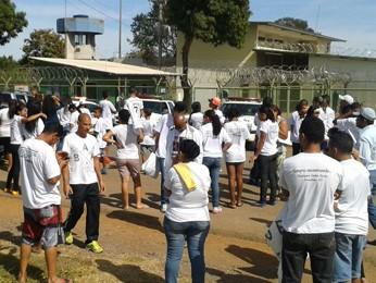 Grupo reunido em frente à unidade de internação em Planaltina (Foto: Hélio Rosa/Reprodução)