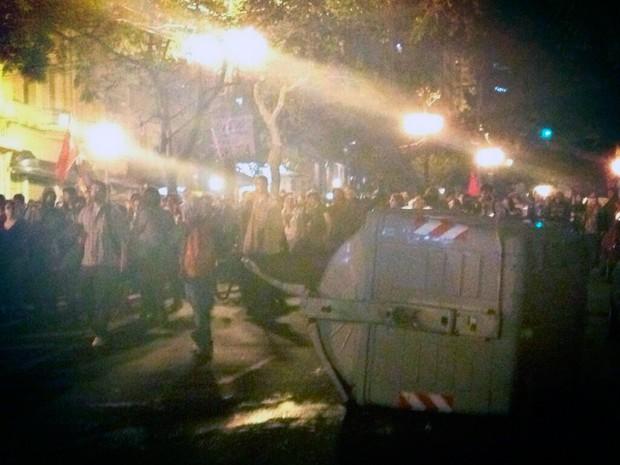 Conteiner de lixo derrubado enquanto manifestantes se locomovem na Região Central de Porto Alegre (Foto: Bruna Scirea/Agência RBS)