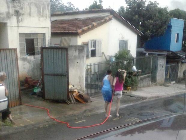 Morador de Jundiaí também ficou indignado com o uso de mangueiras para lavar calçadas (Foto: João Calderare?Tem Você)