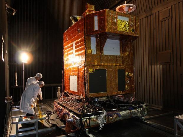 Satélite Cbers-3 durante testes no Laboratório de Integração e Testes (LIT) em São José dos Campos (SP). Equipamento está na China e deve ser lançado em novembro deste ano, de acordo com a AEB. (Foto: Divulgação/Inpe)