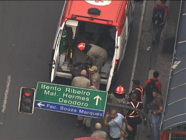 Bombeiros atendem feridos na estação de trem de Madureira, no subúrbio do Rio (Foto: Reprodução/TV Globo)