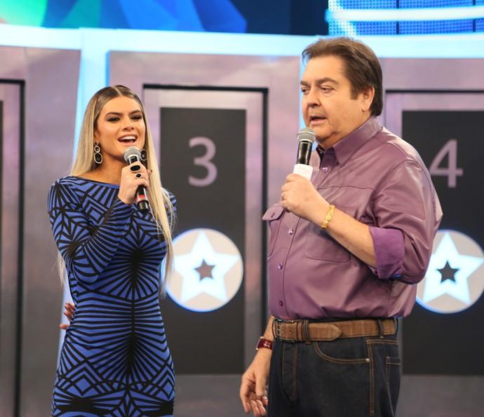 Mirella e Faustão conversam no 'Domingão' (Foto: Carol Caminha/TV Globo)