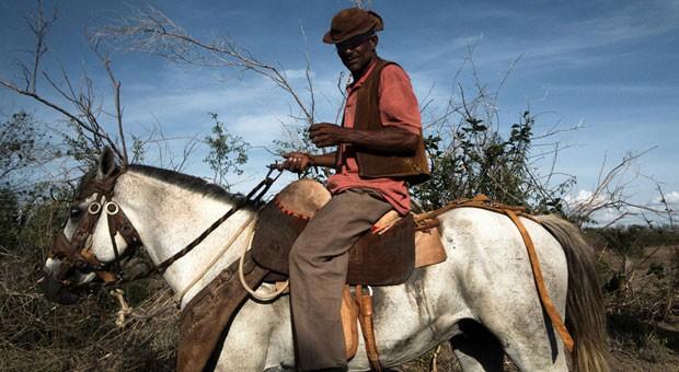 O fotógrafo Flavio Forner esteve entre 2 e 19 de dezembro viajando pelo sertão da Bahia, documentando o drama humano da seca e o seu impacto na economia e na paisagem da região (Foto: Flavio Forner/BBC)