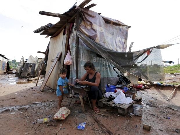 Mulher permanece em abrigo improvisado após inundações em Assunção, neste domingo (27) (Foto: REUTERS/Jorge Adorno)