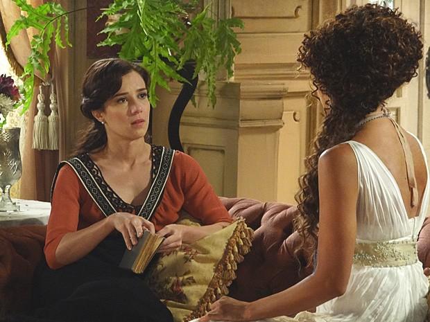 Isabel conta para Laura que o ex-marido dela vai se encontrar com outra (Foto: Lado a Lado / TV Globo)