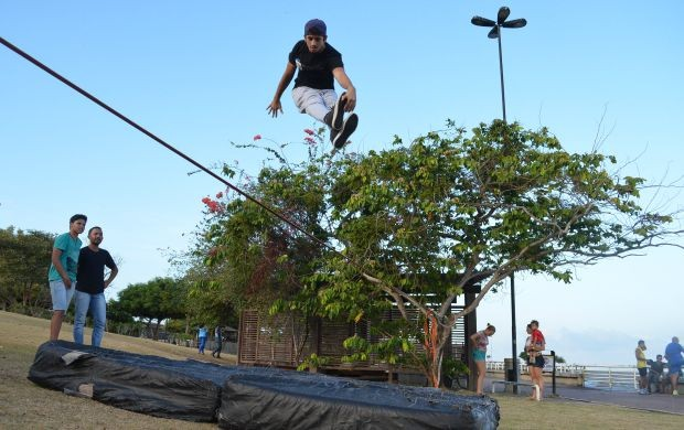 Jovens praticam o esporte no entorno da Fortaleza de São José de Macapá (Foto: Jorge Abreu/Rede Amazônica)