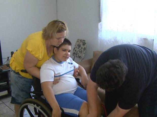 Thomas Rosseti da Silva, de 11 anos, tem paralisia cerebral e precisa de ajuda da família para se locomover (Foto: Ronaldo Gomes/EPTB)