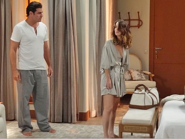 Marcos é grosseiro com Laura e a obriga a arrumar as malas (Foto: Eduardo Wolff / Gshow)