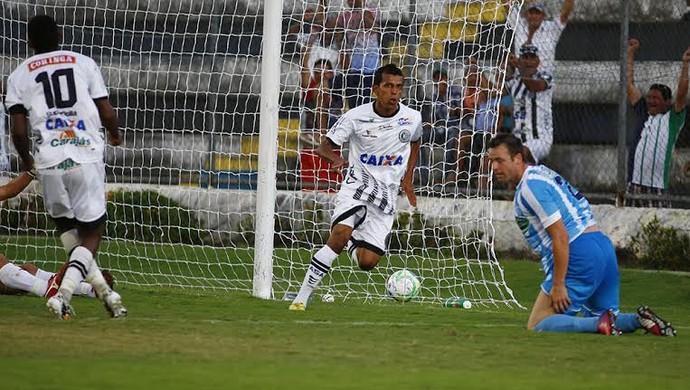 Meia Didira escora para o gol e abre o placar no Estádio Municipal (Foto: Ailton Cruz/ Gazeta de Alagoas)