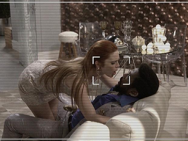 Marisa Marra, casada com o irmão de Jonas Marra, agarra Brian Benson em sala do Instituto Regenera Brasil (Foto: Edna Bentes)