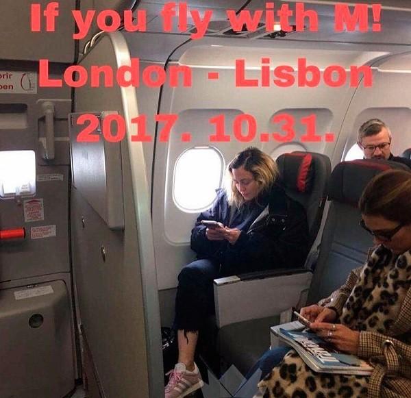 A cantora flagrada em um Airbus viajando de Londres para Lisboa na classe econômica (Foto: Reprodução/ Madonna Online)