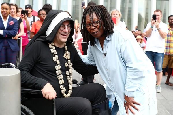 A atriz Whoopi Goldberg com suas fãs freiras emocionadas (Foto: Getty Images)