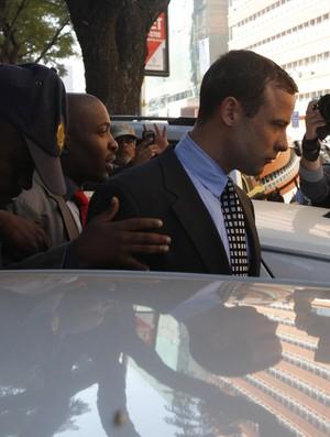 Oscar Pistorius deixando o tribunal (Foto: Reuters)