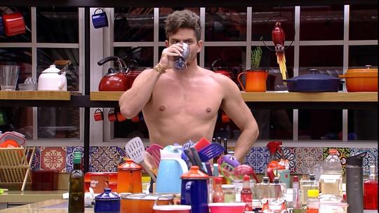 Marcos levanta e bebe leite