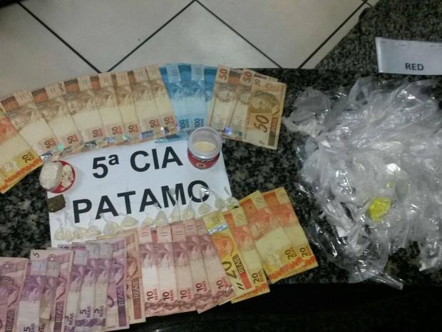 Drogas e dinheiro foram apreendidos na ação da PM (Foto: Divulgação/ PM)