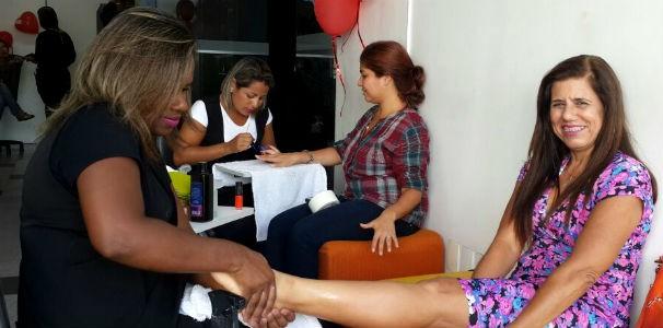 Colaboradora experimenta o spa do pé  (Foto: Divulgação/ Marketing OAM)