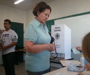 Senadora Maria do Carmo votou na mesma seção do candidato João Alves Filho (DEM) em Aracaju (Foto: Marina Fontenele/G1 SE)