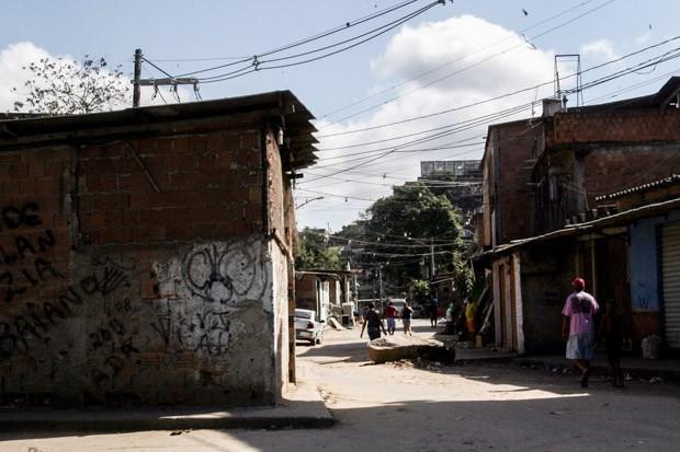 Movimentação na comunidade da Pedreira, em Costa Barros, na Zona Norte do Rio de Janeiro, na manhã deste domingo (9). (Foto: Paulo Araújo/Agência O Dia/Estadão Conteúdo)