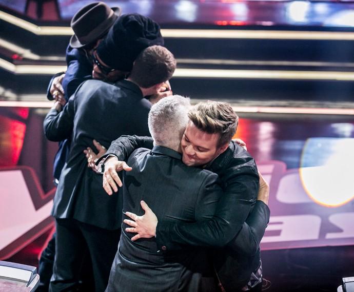 Lulu abraça Teló enquanto Brown faz o mesmo com Di e Titi  (Foto: Isabella Pinheiro / Gshow)