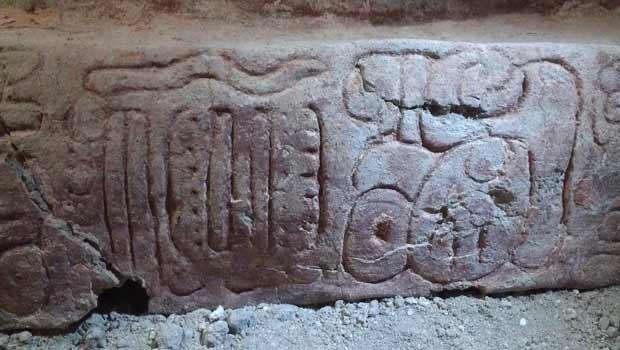 Detalhe do alto relevo descoberto recentemente na cidade maia de Holmul. (Foto: AP Photo/Proyecto Arqueologico Holmul, Francisco Estrada-Belli)