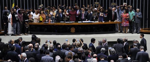 Deputados comemoram aprovação de projeto que estabelece cota de 20% das vagas para negros na administração federal (Foto: Luis Macedo / Câmara dos Deputados)