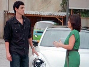 Roberta toma coragem e chama Nando para sair (Foto: Guerra dos Sexos / TV Globo)