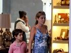 Adriana Esteves passeia com o filho em shopping carioca