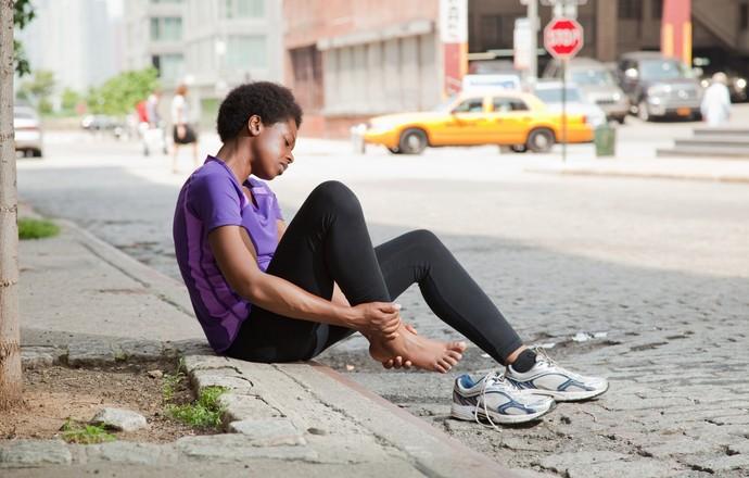 Mulher com dor no tornozelo (Foto: Getty Images)