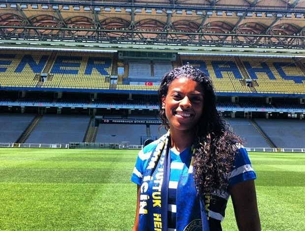Fernanda Garay no estádio do Fenerbahçe (Foto: Reprodução / Instagram)