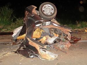 Carro foi partido ao meio com violência do impacto em acidente na BR-163, em Mato Grosso. (Foto: Só Notícias/Drielkson Ribeiro)