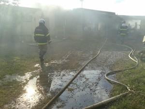 Bombeiros levaram cerca de uma hora para controlar chamas (Foto: Jeferson Ageitos/ TV Morena)