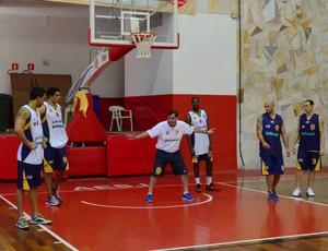 Treino do São José Basquete (Foto: Danilo Sardinha/Globoesporte.com)