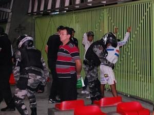 Polícia fez revistas para conter tumulto no Terminal de Integração (Foto: Silas Batista/G1)