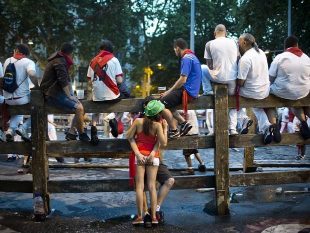 13/7 - Casal é flagrado namorando durante a festa (Foto: Daniel Ochoa de Olza/AP)