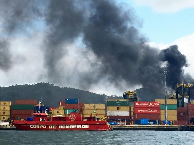 Embarcações são utilizadas para levar água do mar até local do incêndio em Santos, SP (Foto: Fabiana Faria/G1)