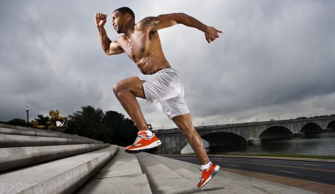 Homem correndo na escada músculos euatleta (Foto: Getty Images)
