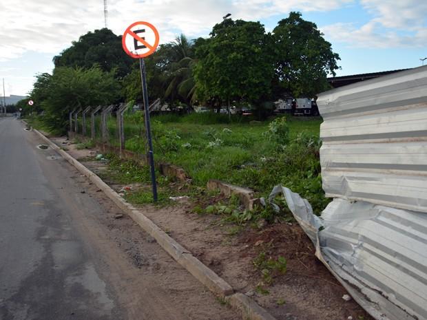Motorista bateu na cerca e invadiu o terreno da Seds, em João Pessoa (Foto: Walter Paparazzo/G1)