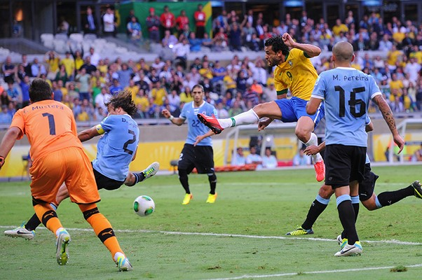 Fred chuta e abre o placar para o Brasil (Foto: Michael Regan/Getty Images)
