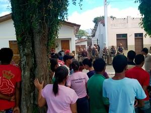 População cercou casa onde suspeito tentou se esconder em Canavieiras (Foto: Anderson Souza/Rede Baiana de Rádio)