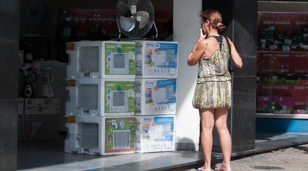Loja de eletrodoméstico vende ar condicionado no Rio de Janeiro (Foto: Erbs Jr/Frame/Folhapress)