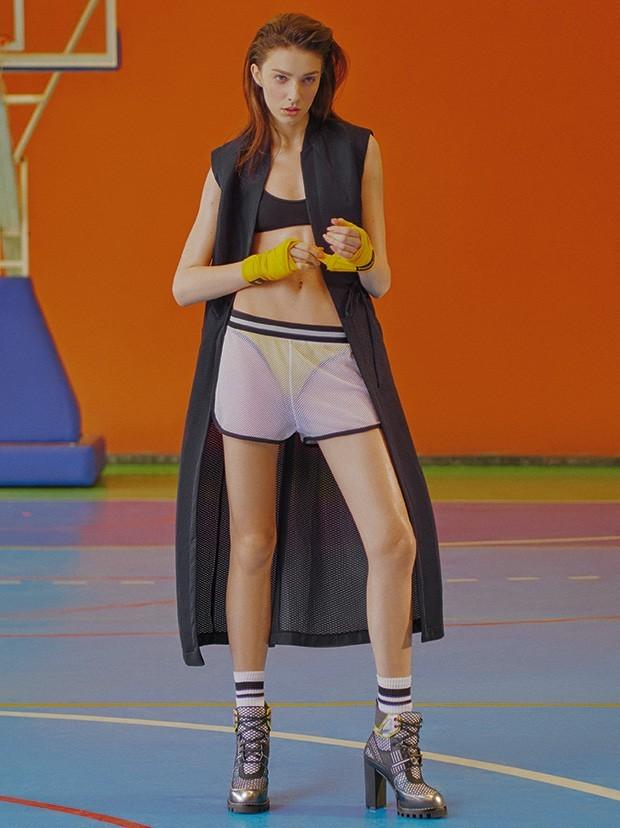 Blusa Givenchy à venda na NK Store, R$ 5.190. Biquíni Triya, R$ 285. Boné New Era, R$ 180. Luvas Naja Extreme, R$ 50. Tênis Azaleia, R$ 150 (Foto: Hugo Toni, styling Henrique Tank)