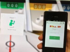 Game combina PC e smartphone, que é usado como controle para lançar a bola (Foto: Cauê Fabiano/G1)