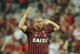 Walter encerra jejum no Brasileiro e comemora vitória do Atlético-PR