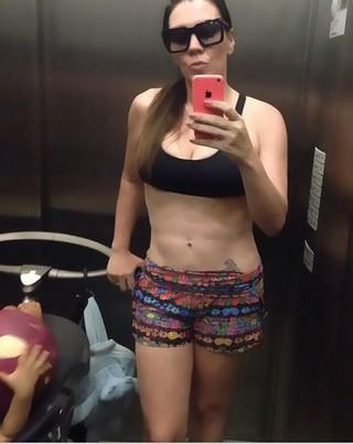 Simony é mãe de 4 crianças e comemora corpo sequinho: 'A barriga já está trincada' (Foto: Reprodução do Instagram)