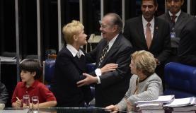 A apresentadora Xuxa cumprimenta o senador José Sarney após aprovação da Lei da Palmada (Foto: Valter Campanato/Agência Brasil)