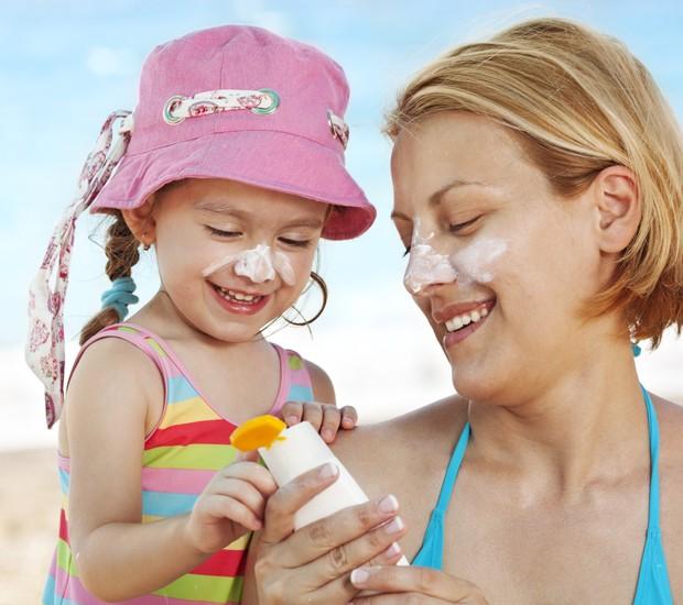 protetor solar; mae; filha; praia (Foto: Thinkstock)