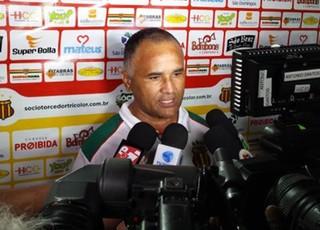 Oliveira Canindé durante coletiva no Estádio Castelão (Foto: Sampaio/Divulgação)